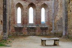 Altar in der ruinierten Abtei - San Galgano Lizenzfreie Stockfotos