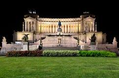 Altar des Vaterlands nachts in Rom Stockfotografie
