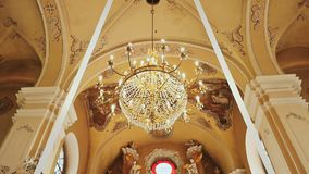 Altar en el centro de un templo hermoso La crucifixión Arquitectura dentro del templo Esculturas de santos almacen de metraje de vídeo