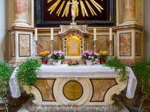 Altar en una iglesia católica Imagen de archivo libre de regalías