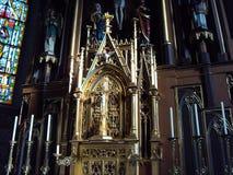Altar gótico na igreja velha imagem de stock