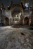 Altar - gebrochenes Buntglas, Einsturzgebäude u. Graffiti - verlassene Kirche Stockfotografie