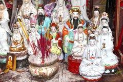 Altar minúsculo con incienso y las pequeñas estatuas de Buda Foto de archivo libre de regalías