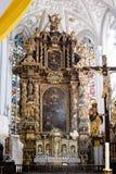 Altar muy adornado en una iglesia o una catedral Foto de archivo libre de regalías