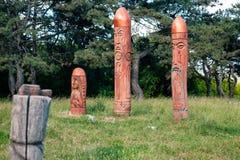 Altar pagano real en el bosque con los ídolos en luz del verano Imagen de archivo
