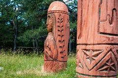 Altar pagano real en el bosque con los ídolos en luz del verano Foto de archivo libre de regalías