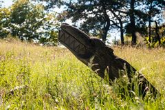 Altar pagano real en el bosque con los ídolos en luz del verano Imagen de archivo libre de regalías