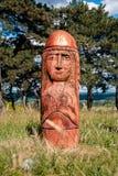 Altar pagano real en el bosque con los ídolos en luz del verano Fotos de archivo