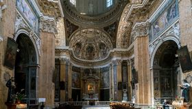 Altar principal y retablo policromo del chu barroco católico Foto de archivo