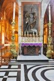 Altar también de mármol de la capilla con los iconos Foto de archivo