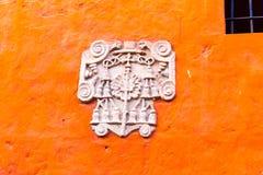 Altar und Ikonen in der alten Kirche in Arequipa, Peru, Südamerika. Lizenzfreie Stockbilder