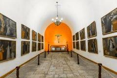 Altar und Ikonen in der alten Kirche in Arequipa, Peru, Südamerika. Stockfotografie