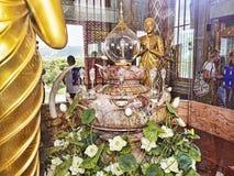 altar Vidrio-protegido con dentro del diente de Budda en Wat Chalong imagenes de archivo