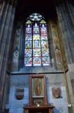 Altar y vitral en una catedral en Viena fotografía de archivo