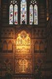 Altar y vitrales en el St Pauls Cathedral en Melborune, Australia Imágenes de archivo libres de regalías