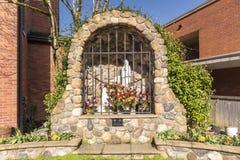 Altare all'aperto cattolico con i flowewrs Fotografia Stock Libera da Diritti