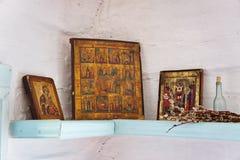 Altare antico nell'angolo di una casa del villaggio. Immagini Stock