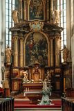 Altare av den forntida gotiska kyrkan av St Vitus i Cesky Krumlov Royaltyfria Foton