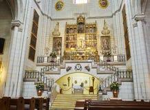 Altare av den Sanka Mary Almudena Cathedral madrid spain royaltyfri foto