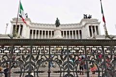Altare av f?derneslandet eller Vittorianoen i piazza Venezia i Rome Stor monument med kolonnaden som g?ras av Botticino marmor arkivfoto