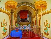 Altare av relikskrin för bild för gästgivargårdThein Buddha, Inle sjö, Myanmar Royaltyfria Bilder