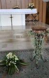Altare bianco della chiesa cristiana con il duri della fonte battesimale Fotografie Stock