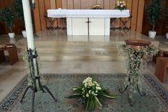 Altare bianco della chiesa cristiana con il duri della fonte battesimale Immagini Stock Libere da Diritti