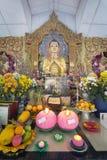 Altare birmano di Buddha del tempio Fotografie Stock Libere da Diritti