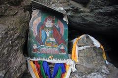 Altare buddista in caverna Immagine Stock