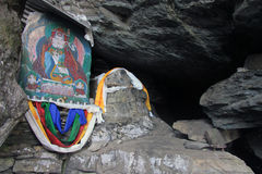 Altare buddista in caverna Immagini Stock
