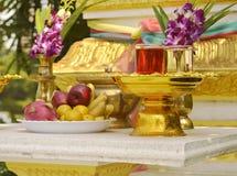 Altare buddista con le bevande rituali Immagine Stock Libera da Diritti
