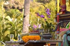 Altare buddista con le orchidee Fotografia Stock Libera da Diritti
