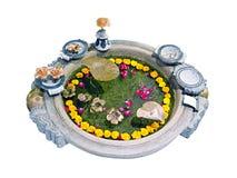 Altare buddista con una ciotola per le offerti Fotografia Stock Libera da Diritti