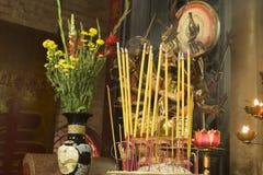 Altare buddista ed incenso Fotografie Stock Libere da Diritti