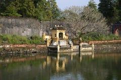 Altare buddista nella Città proibita imperiale sul lago Ngoc Dich tonalità Fotografia Stock