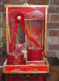 Altare buddista rosso minuscolo con i bastoni di incenso Fotografie Stock Libere da Diritti