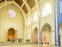 Altare classico della chiesa con gli arché Fotografia Stock Libera da Diritti