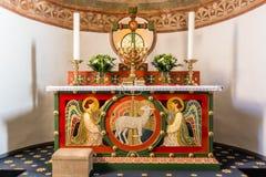 Altare con due angeli e l'agnello di Dio Fotografie Stock