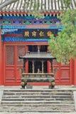 Altare con incenso bruciante al tempio di Yun Si Buddhist della Bi, Pechino, Cina Fotografia Stock Libera da Diritti