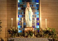 Altare con la statua santa di Madonna Fotografia Stock