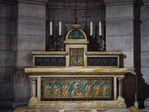 Altare con le figure in oro dentro la chiesa del cuore sacro Immagini Stock Libere da Diritti