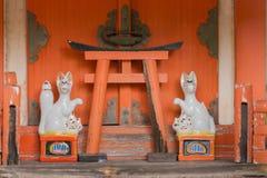 Altare con le volpi al santuario shintoista di Koanin Fotografia Stock Libera da Diritti