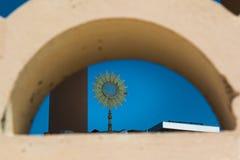 Altare con Ostensory dorato: Chiesa all'aperto Fotografie Stock