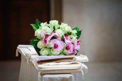 Altare con un mazzo dei fiori Fotografia Stock