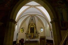 Altare cristiano in vecchia chiesa rinnovata Fotografie Stock