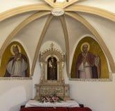 Altare cristiano in vecchia chiesa rinnovata Immagine Stock