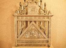 Altare d'annata del metallo di Lord Ganesha e simboli di Hinduismo in una vecchia casa Fotografia Stock
