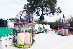 Altare d'annata di nozze con il birdcage, le candele e le piante Immagini Stock