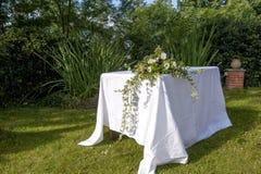 Altare decorato con i fiori Immagini Stock