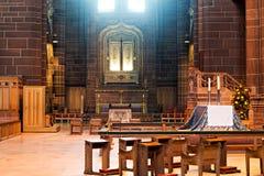 Altare decorato dentro la cattedrale dell'anglicano di Liverpool Fotografia Stock
